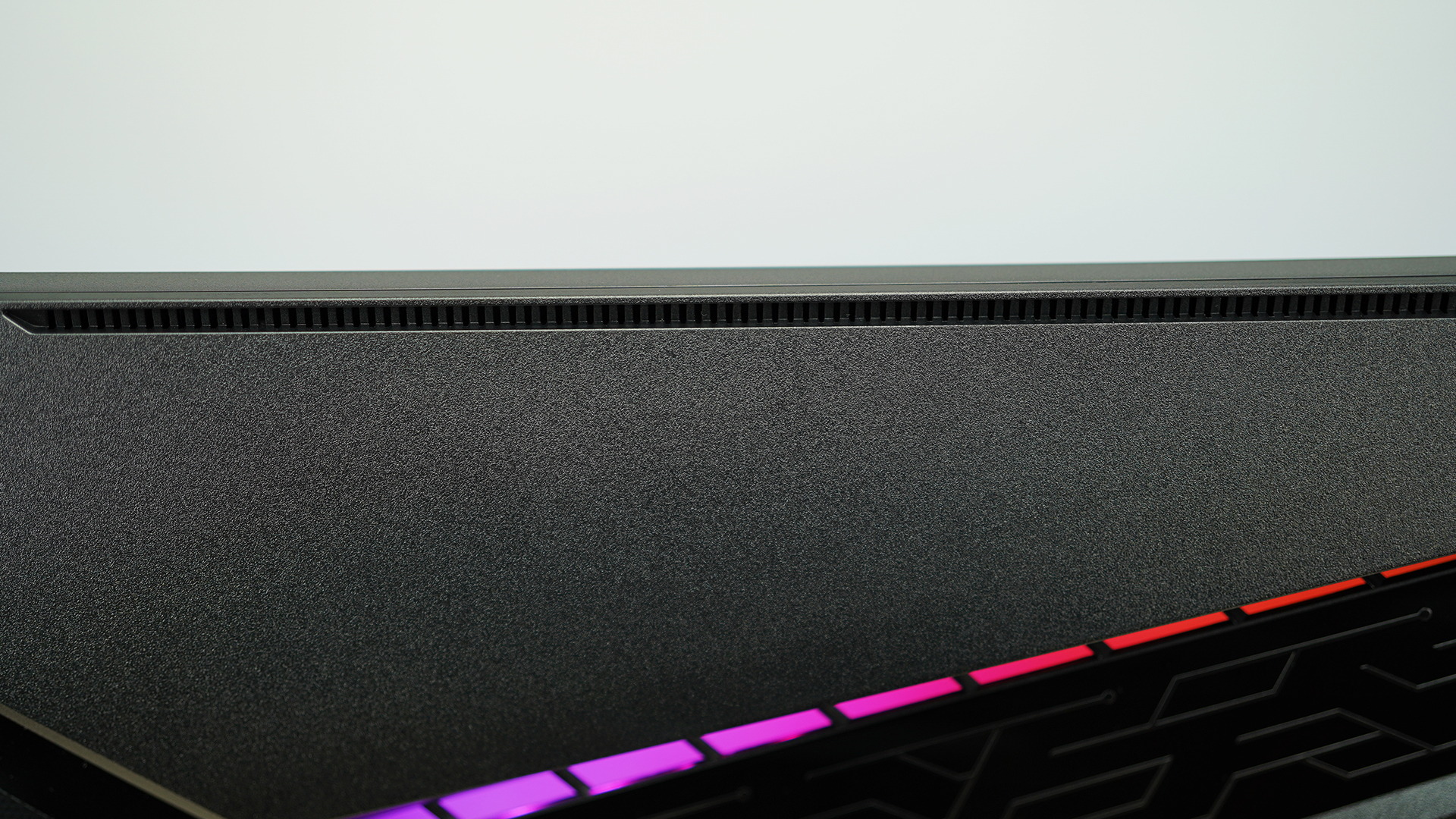 MSI Optix MAG274QRFDE-QD Design Lüftungsschlitze am Monitor-Rahmen